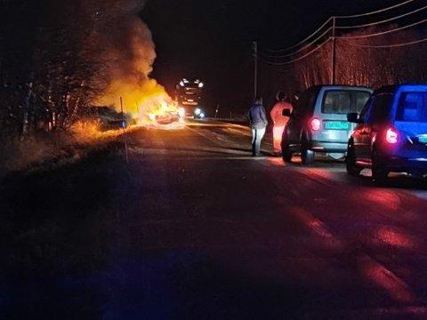 FULL FYR: Bilen stod i flammer da flere kom til stedet.