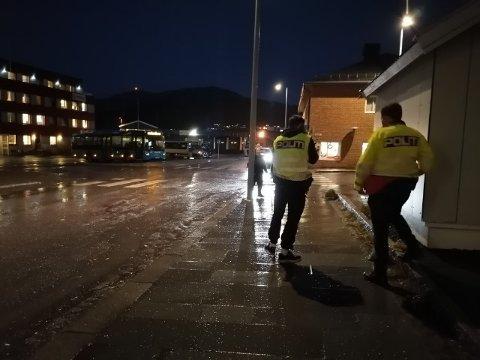JOBBET PÅ STEDET: Ulykken skjedde i Hammerfest sentrum. Politiet jobbet på stedet da iFinnmark var på stedet klokka 13:25.
