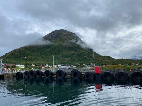 LITEN BYGD: Bergsfjord er en liten bygd i Loppa uten fast veiforbindelse. Den knyttes til omverdenen med ferge- og hurtigbåtruter via Øksfjord. I 2017 var det registrert 93 fastboende på stedet.
