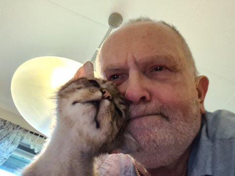 ET SPESIELT BÅND: Hans og Pusur hadde et helt spesielt forhold, og den unike katten var en stor grunn til at Hans nå har viet livet sitt til å redde hjemløse katter.