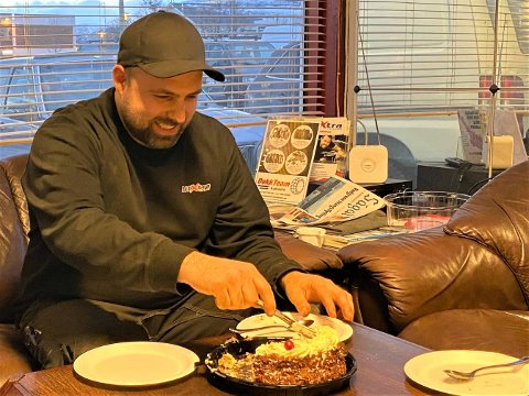 SJEFSKAKA: Sjefen spanderte kake på Andreas Josefsen og hans kollegaer, etter at politiet henla saken mot Josefsen.