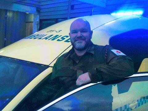 BLÅLYS OG UNIFORM: Tom Morten Hansen kjører ambulanse. Denne dagen har han byttet ut den røde med en grønn uniform under enkelte oppdrag.