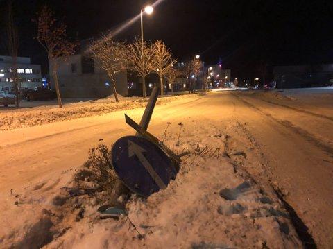 KRASJET: Mopedbil kjørte inn i dette veiskiltet i Alta sentrum
