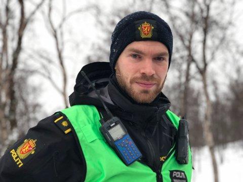 REDDET EN HUND: Innsatsleder Tobias Whalund forteller at det var åpne flammer i ett rom da nødetatene ankom, men at det ble raskt slukket. En hund ble reddet ut av bygget.