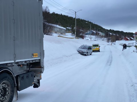 ULYKKE: Politiet melder om en trafikkulykke i Amtmansnesveien i Alta, hvor en trailer og en personbil involver.
