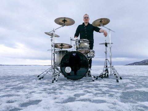 """""""ICEMAN"""": Trommeslager Øyvind Karlsen fotografert på sjøisen ved Handelsbukt i Porsanger sammen med trommesettet sitt."""