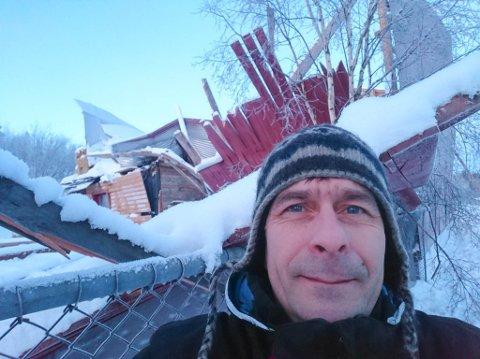 KOLLAPSET: Børge Johansen foran låvebygningen i Karasjok som kollapset av snømassene på taket.