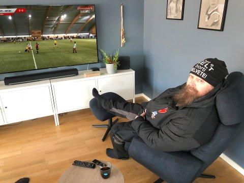 NYTT TILBUD: Nå kan Torstein Rasmussen og andre interesserte streame iFinnmarks sendinger direkte på sin TV hjemme i stua.