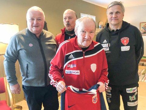 STOLT SUPPORTER: Evald Danielsen (75) med den nye landslagsdrakta. Her flankeres han fra venstre mot høyre av president i Norges Fotballforbund, Terje Svendsen, Torkjell Johnsen fra Finnmark fotballkrets og Reidulf Høybakken fra Porsanger IL.