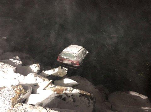 GODT PLANTET: Her var det fare for at bilen kunne havne lengere ut på havet.
