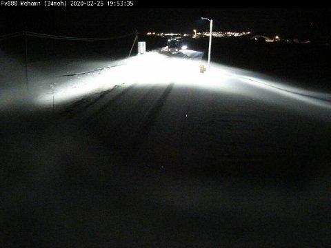 MEHAMN: Slik ser det ut på Fv 888 i retning Mehamn tirsdag kveld. Strekningen er kolonnekjørt.