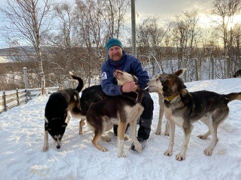 HUNDETEKKE: : Krister Höök får en varm velkomst i hundegården.