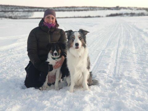 GODT TEAM: Sandra Lusie Moen bruker all sin tid med hundene Stjerne (4 måneder) og Nemo (4), som hun daglig trener lydighet med, en hundesport som er på vei oppover.