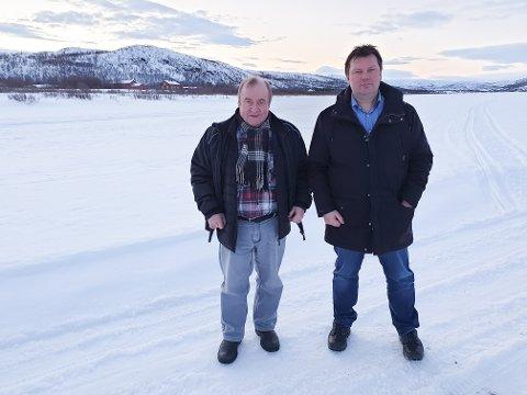 IKKE SKREMT: Hartvik Hansen (t.v.) og Rune Aslaksen leder rettighetsorganisasjonene i Tana som har gått til sak mot staten for å få tilbare fiskeretten de mistet som følge av avtalen med Finland. De har ikke latt seg skremme av at staten vinner nesten alle rettssaker. Bildet ble tatt i mars, like før den opprinnelige datoen for rettssaken. Men så kom korona.