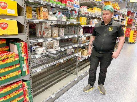 TOMME HYLLER: Sigurd Daniloff har hatt mye å gjøre de siste dagene. Folk har hamstret enkelte varer etter at myndighetene gjorde strenge koronatiltak i Norge.