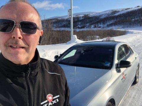 VÆR OBS: - Alle må klareres før de kan sette seg i ei drosje, sier leder av Hammerfest Taxihus John-Hermann Pettersen. Her ved bommen ved Fossen, på tur til Talvik med pasienttransport.
