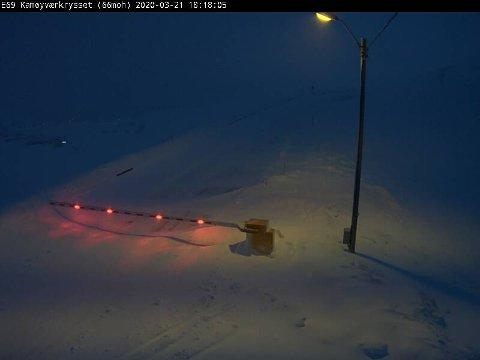 Det er ikke lett å kjøre rundt i Finnmark lørdag kveld. Her fra E69 Kamøyværkrysset.