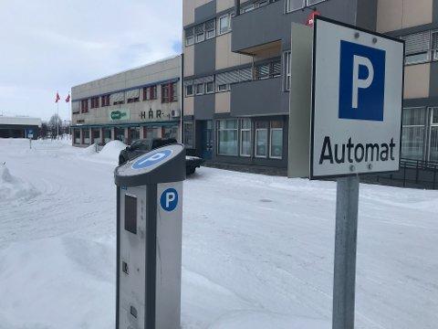 SMITTEBOMBER: Både Paul Edgar Hanssen og Gunn Nilsen mener at kommunen burde ta grep snarest mulig, og gjøre parkering i Alta gratis, slik at spesielt eldre mennesker som ikke bruker parkeringsapp, slipper å røre parkeringsautomatene i byen under korona-epidemien
