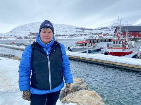 HADDE FULLE ORDREBØKER: Ellen Marianne Vekve skulle har fulgt opp turister i disse tider, men nå blir inntektene fra fiskebåten bak henne enda viktigere enn tidligere år for familien.