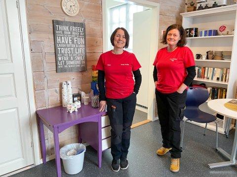 KORONATILTAK: daglig leder Tove Irene Karlsen Wisløff  og hennes kollega Anna Maria Gabourel har måtte stenge kaffekroken på ders butikk, Coop Kviby AS.