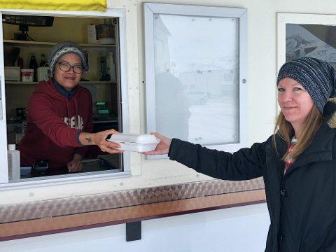 KJØPER MAT: Anne Lise Pedersen (til høyre) handler lunsj hos Joy torsdag formiddag.