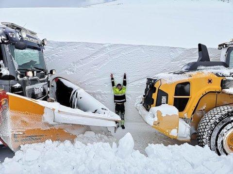 MYE SNØ I ØST: Tobias Johansen er 1,73 høy, og det er fortsatt noen centimeter opp til kanten av snøskavlen  som han selv har brøytet.