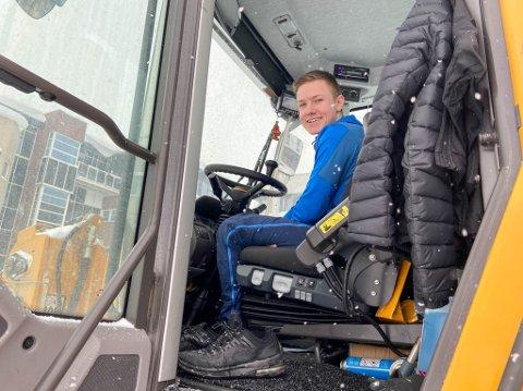 LANGE DAGER: Sebastian Riel-Saua (20) eier sitt eget maskinentreprenørselskap, og han rydder snø på parkeringsplsassene i Alta. Det betyr at han ikke har vært arbeidsledig i vinter.