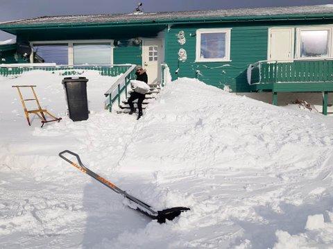 TRENING MED MENING: Landslagsutøver Ramona Eriksen ble koronafast i Finnmark. Hun bruker den ledige tiden hjemme i Vardø til å hjelpe andre. Blant annet er snømåking både god trening og en god gjerning.