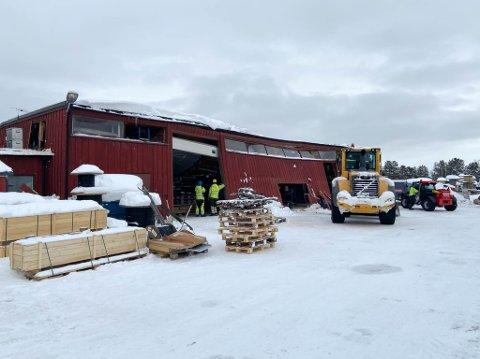 REDDET UT VERDIENE: Taket på lageret til Alta kraftlag på Alta sentrum ble totalskadet da taket raste sammen på tirsdag.