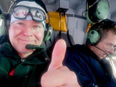 Michael Hess leide helikopter av Helitrans for å lete etter savnet hundespann. Det endte godt da begge spannene ble funnet, og Hess kunne vise tommel opp.
