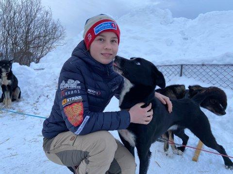 NYE VENNER: Mia Aurora Alm får god tid til å bli kjent med Max og de andre hundene hun skal kjøre juniorklassen i Finnmarksløpet sammen med.