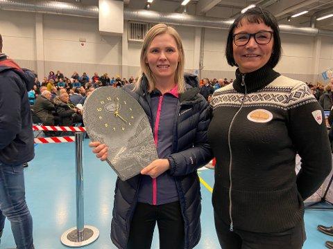 FIKK SKIFERKLOKKA: Fredrikke Hay sikret seg klokke og superdøgn i Altaelva. Her med styreleder i ALI, Karianne Johansen.