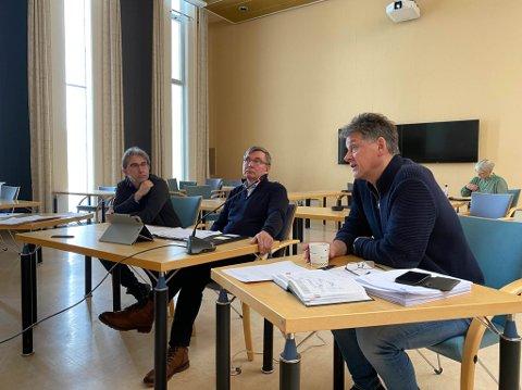TRIO: Rådmann Bjørn-Atle Hansen (fra høyre) i Alta og kommuneoverlegene Frode Øvrejord og Peder Halvorsen i kommunestyremøtet på video 1. april 2020.