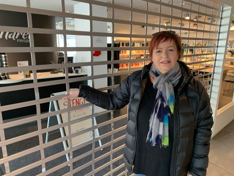 STENGT: Hårek frisør har vært helt tom og stille siden 12. mars. Nå ser daglig leder, Harriet Rydheim endelig lys i tunnelen og satser på å åpne salongen igjen den 27. april.