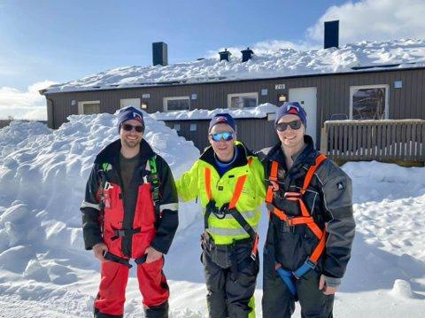 HAR IKKE MÅKESKREKK: Marius, Magne og Bård ryddet 2300 kvadratmeter med snø for Geir Svendsen Entreprenør og Tollvika borettslag denne uken.