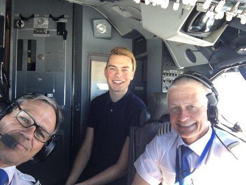 BESØK HOS PILOTENE: Henrik Eide fikk besøke pilotene på SAS-maskinen på tur opp til Lakselv. Til høyre sitter flykaptein Geir Nedregård, som har en fortid som fartøysjef på Sea king-helikopter på Banak.
