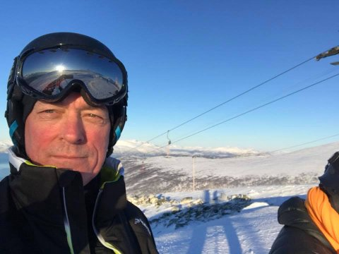 PÅSKEKOS: Frank Bakke-Jensen og kona Hilde Sjurelv bor i Tromsø, der også hytta deres står. Dermed håper de at det blir hyttepåske også i år, på tross av omstendighetene. Dette bildet er tatt av forsvarsministeren selv, i Tromsø Alpinpark i 2018.