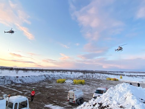 VENTER I KØ: I perioder stod helikopterne klar i køen for å frakte mat til rein ut på vidda fredag-