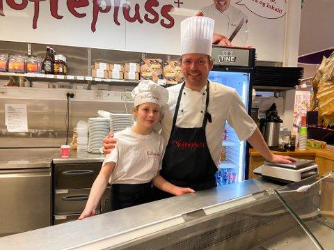 GOD DAG PÅ JOBB: Asbjørn Sandøy fikk hjelp av datteren Isabella da han på onsdag hadde en ekstra åpningsdag for å selge reker og andre påskevarer til altaværingene.