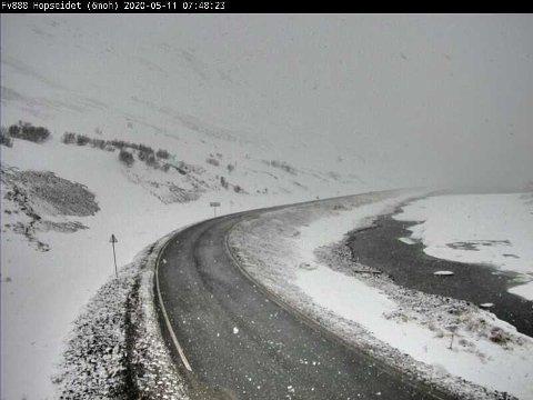 Slik så det ut på fylkesvei 888 ved Hopseidet i retning mot Ifjord like før klokka 08:00 mandag.
