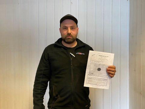 GIR SEG IKKE: Andreas Josefsen, her avbildet med dispen for kjøringen, forteller til iFinnmark at han ikke kommer til å gi seg på denne saken.