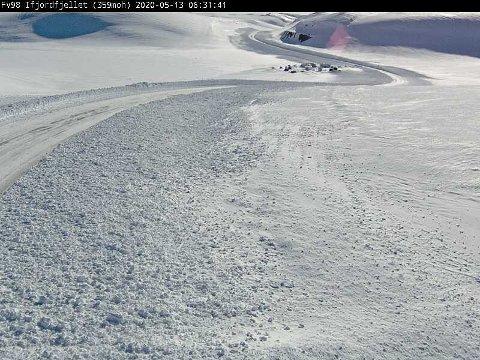 Fylkesvei 98 over Ifjordfjellet var stengt store deler av tirsdagen. Onsdag morgen er det igjen åpent for trafikk, men man bør nok gå for vinterdekk i dag også i enkelte områder.