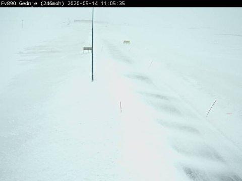 VINTERLIG: Slik ser det ut ved Gednje torsdag morgen. Her ble det innført kolonnekjøring fra morgenen av, men veien blir stengt på kort tid.
