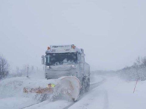 IKKE SOMMERFERIE: Brøytemannskapet har nok å gjøre mellom Neiden og Hesseng på E6 fredag. Bildet her er tatt rundt klokka 09:00.