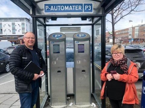 SAMTIDIG: Knut Nilsen og Lisbeth Skoglund betalte for parkering samtidig på disse parkeringsautomatene på Alta sentrum.