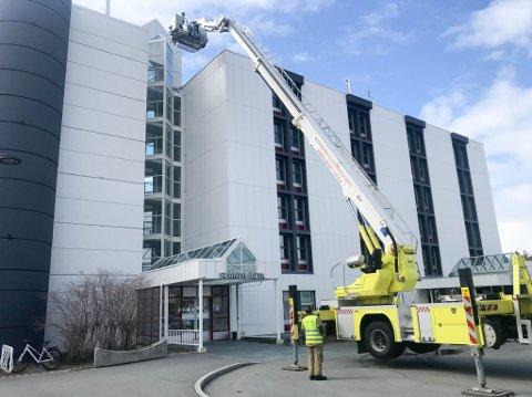 TESTET: Kjetil Suhr og Alta brannvesen testet tirsdag om krana klarte å rekke opp til høye bygg på Alta sentrum, blant annet Scandic-hotellet.