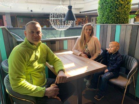 TAR SJANSEN: Damian Grzegorz Jasiurkowski og kona Agatha Jasiurkowski har bodd flere år i Alta, og åpner nå Minty Cofé og matbar i byen. Her sitter de i den nyoppussede kafeen sammen med sønnen Bartos på 3 år.