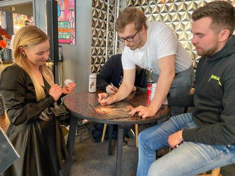 GLEDET SEG PÅ BANDETS VEGNE: Brita Elina Päiviö fikk plata signert av Aleksander Alsen og Alexander Stamnes. Hun var en av mange som fikk en signert utgave av debutplata til Féleth.