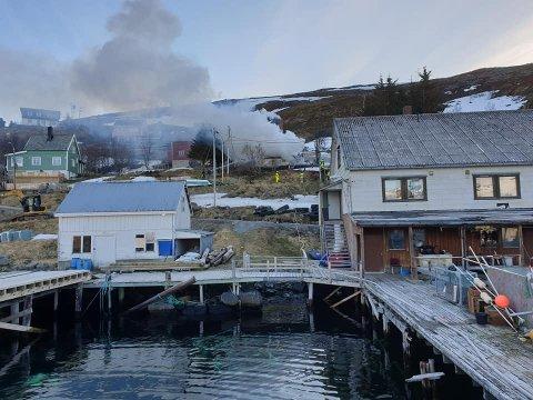 Redningsskøyta «Odin» bisto under nattens brann i Akkarfjord. Slik så det ut på stedet da de ankom i natt.