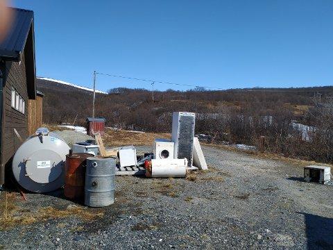 ROT OG SØPPEL: Slik ser det ut ved Lebesby vannverk i dag.